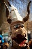 SHIROKA LAKA, BULGARIJE - MAART 5: De mensen gekleed in traditionele kostuums genoemd Kukeri vieren aankomst van de Lente met rit Royalty-vrije Stock Afbeeldingen