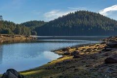 Shiroka polyana水库,保加利亚惊人的秋天视图  免版税库存照片