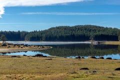 Shiroka polyana水库,保加利亚惊人的秋天视图  免版税库存图片