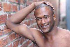 Shirtless afrikansk man med perfekt vitt leende royaltyfri foto