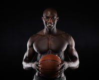Shirtless basketspelare som ser att le för kamera Arkivfoto