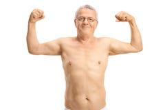 Shirtless bejaarde die zijn bicepsen buigen Royalty-vrije Stock Afbeeldingen
