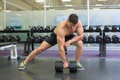 Shirtless bodybuilder die zware zwarte domoor in opheft valt uit Royalty-vrije Stock Foto