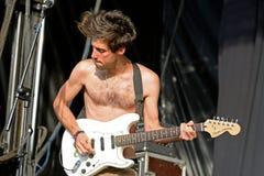 Shirtless gitarrist av kapaciteten för Los Nastys (musikband) på FIB festivalen royaltyfria bilder