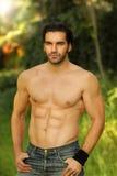 shirtless god seende utomhus- stående för mor Royaltyfri Fotografi