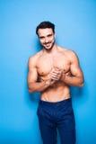 Shirtless man med skägget på blå bakgrund fotografering för bildbyråer