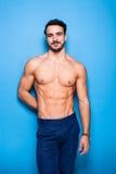 Shirtless man med skägget på blå bakgrund arkivfoton