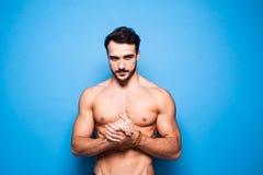 Shirtless man med skägget på blå bakgrund royaltyfria foton