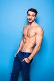 Shirtless man med skägget på blått arkivfoton