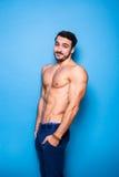 Shirtless man med skägget på blått arkivbilder