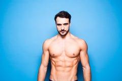 Shirtless man med skägget på blått arkivbild