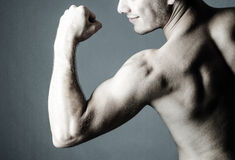 Shirtless man showing his biceps Royalty Free Stock Photos