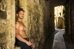 Shirtless man som går i forntida gränd arkivbilder
