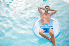 Shirtless man som kopplar av på den uppblåsbara cirkeln Arkivfoto
