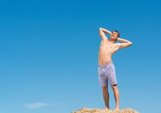 Shirtless man against blue sky Royalty Free Stock Photos