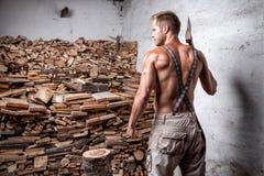Shirtless skogsarbetare med en yxa Royaltyfria Bilder