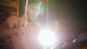 Shirtless slagwerker speelt muziek met een hartstocht in studio stock footage