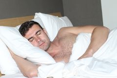 Shirtless stilig man som bekvämt sover royaltyfri foto