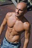 Shirtless stilig skallig ung man utomhus Royaltyfri Bild