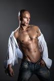 Shirtless tränga sig in konditionman. royaltyfria bilder