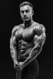 Shirtless ung idrotts- man för sund makt med stark abs och c royaltyfri foto