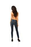 Shirtrless-Frau, die in den Jeans zurück zu Kamera steht Stockfoto