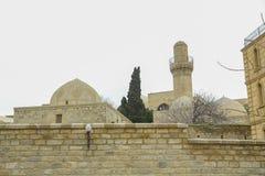 Shirvanshah kervansaray em Baku, Azerbaijão Mesquita antiga em Baku, mesquita velha, mesquita antiga no sheher de Icheri foto de stock royalty free