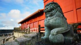 Shisa在Hoshimmon门,首里城堡的狮子石头 库存图片
