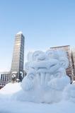 Shisa (Okinawa symbol) på den Sapporo Snowfestivalen 2013 Royaltyfri Fotografi