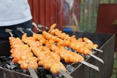 Shish kebab από τις γαρίδες το καλοκαίρι στη σχάρα Στοκ φωτογραφία με δικαίωμα ελεύθερης χρήσης