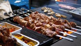 Shish Kebab που μαγειρεύεται στη σχάρα στην αγορά οδών απόθεμα βίντεο