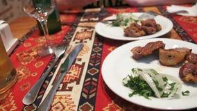 Shish kebab σε ένα πιάτο σε ένα εστιατόριο φιλμ μικρού μήκους