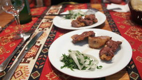 Shish kebab σε ένα πιάτο σε ένα εστιατόριο απόθεμα βίντεο