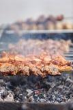 Shish kebab στα οβελίδια & x28 βόειο κρέας, χοιρινό κρέας, chicken& x29  ψήνεται άνω του θορίου Στοκ φωτογραφίες με δικαίωμα ελεύθερης χρήσης