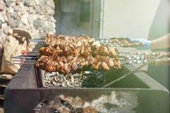 shish kebab στους άνθρακες φωτισμός οδών r r E στοκ φωτογραφίες με δικαίωμα ελεύθερης χρήσης