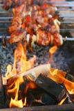 Shish kebab en brand Stock Foto's