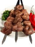 Shish kebab mit Petersilie, Paprika und Kuchen auf Whit Lizenzfreie Stockfotografie