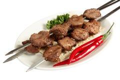 Shish kebab mit Petersilie, Paprika und Kuchen auf Whit Stockfotografie
