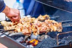 Shish kebab na skewers & x28; wołowina, wieprzowina, chicken& x29; piec nad th Zdjęcie Royalty Free
