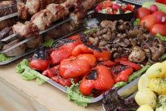 Shish kebab od smażących warzyw na stole i mięsa Zdjęcie Royalty Free