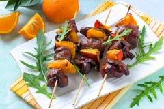 Shish kebabs από το συκώτι κοτόπουλου με tangerines Στοκ εικόνες με δικαίωμα ελεύθερης χρήσης