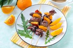 Shish kebabs από το συκώτι κοτόπουλου με tangerines Στοκ Φωτογραφία