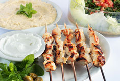 Shish taouk -在白色盛肉盘的鸡烤肉串 库存照片