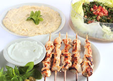 Shish taouk -在白色盛肉盘的鸡烤肉串 图库摄影