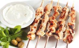 Shish taouk -在白色盛肉盘的鸡烤肉串 免版税库存照片