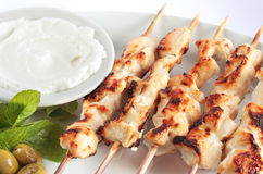 Shish taouk - Kippenkebab op witte schotel Stock Fotografie