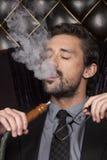 Shisha καπνίσματος ατόμων στο αραβικό εστιατόριο Στοκ εικόνα με δικαίωμα ελεύθερης χρήσης