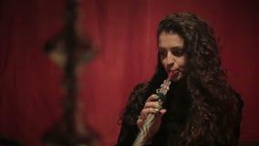 Shisha que fuma o cachimba de la mujer árabe Cierre para arriba metrajes