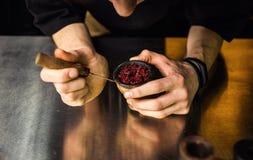 Shisha vattenpipa som förbereder sig vid bartendern Bartendern lägger tobak för sm royaltyfri fotografi