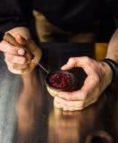 Shishawaterpijp die door barman voorbereidingen treffen De barman legt tabak voor sm royalty-vrije stock foto